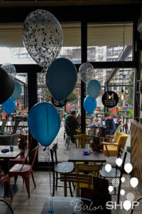 balon sa konfetama na stolu