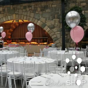 dva balona na stolu
