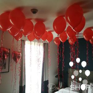 crveni baloni na plafonu